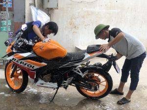 Khách hàng mua xe tại Minh Long Moto